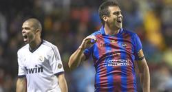 Pepe y Ballesteros, en un lance del partido jugado en el Ciudad de Valencia.