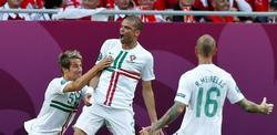 Pepe (c) celebra con Coentrao (i) y Raúl Meireles (d) su primer gol en la Eurocopa. | EFE