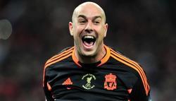 Pepe Reina celebra una victoria con el Liverpool.