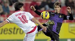 Perotti lucha por un balón con Álvaro Rubio. | EFE