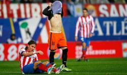 Piatti se lleva la camiseta a la cara ante Filipe Luis, tendido en el césped.   Cordon Press
