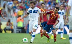 Pirlo se lleva la pelota ante Xavi en el España-Italia. | Cordon Press
