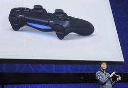El diseñador de videojuegos Mark Cerny presenta el mando de la PS4 en febrero de 2013. | EFE
