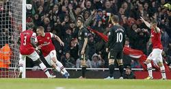 Lukas Podolski (2i) celebra uno de sus dos goles a un Wigan que desciende de categoría. | EFE