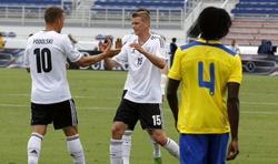 Podolski celebra con Bender uno de sus dos goles a Ecuador. | Cordon Press