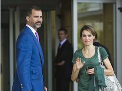 Los Príncipes de Asturias, en la entrada de la clínica   Efe