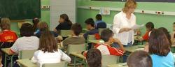 Una profesora, impartiendo clase | Archivo.