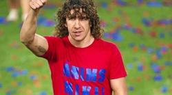 Puyol, con la camiseta de apoyo a Roqué.