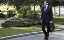 Rajoy, paseando por los jardines de La Moncloa | EFE