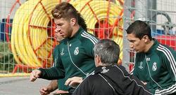 Marcelo, Sergio Ramos y Di María, observados por Mourinho en el entrenamiento. | EFE