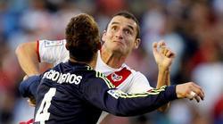 Sergio Ramos pelea por un balón con Delibasic. | EFE