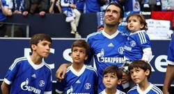 Raul rompió a llorar rodeado de sus hijos. | EFE