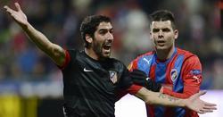 Raúl García, jugador del Atlético, junto a un futbolista del Viktoria Plzen. | EFE