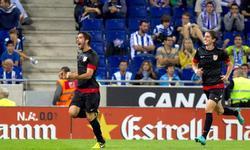 Raúl García (i) celebra su gol al Espanyol. | EFE