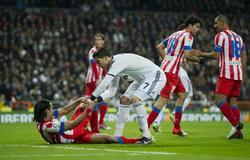 Cristiano Ronaldo y Falcao, durante el derbi disputado en la ida.   EFE