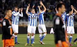 Los jugadores de la Real Sociedad celebran el triunfo ante el Valencia. | EFE