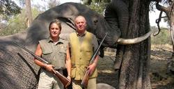 El Rey posa con un cazador y con un elefante abatido | Archivo