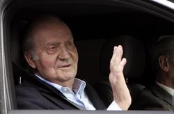 El Rey, Don Juan Carlos, a su salida de la Clínica La Milagrosa este domingo | EFE