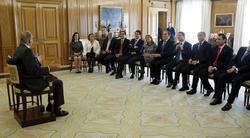 Don Juan Carlos ha pedido disculpas a los alcaldes por tener que atenderlos sentado. | EFE