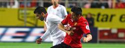 Reyes pelea con Hemed. | EFE