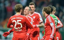 Ribéry (2i) es felicitado por uno de sus dos goles al Werder Bremen. | Cordon Press