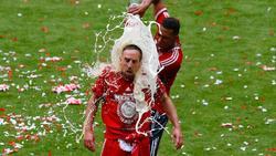 Momento en el que Boateng baña en cerveza a Ribéry. | Cordon Press