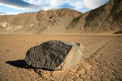Una de las rocas con la huella que dejó al moverse.   Flickr/CC/James Gordon