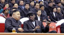 Rodman y Kim Jong-un, asistiendo a un partido de baloncesto. | EFE
