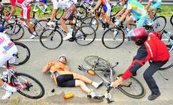 Rojas se queda tendido en el suelo tras sufrir una caída en el Tour. | EFE