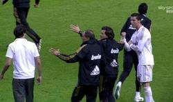 Ronaldo le dedica un corte de mangas a Javi Martínez.