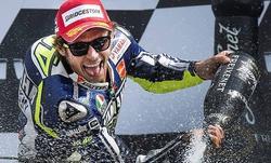 Valentino Rossi, exultante en el podio de Assen. | Cordon Press