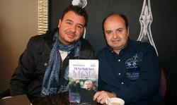 Juanma Rodríguez (d) y Rubén Uría posan con su libro, Fenómeno Mou.   Foto: Guillermo Domínguez