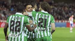 Rubén Castro es felicitado por uno de sus dos goles al Granada. | EFE