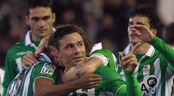 Rubén Castro es felicitado por su gol a Osasuna.   EFE
