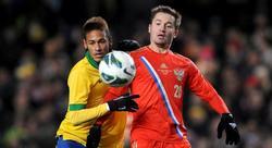 Neymar disputa un balón con Faizulin. | Cordon Press