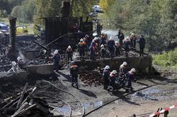 Los bomberos siguen buscando en los escombros | EFE