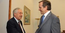 Antonis Samarás (d) saluda al líder del Izquierda Democrática, Fotis Kouvelis | EFE