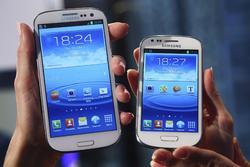 El Galaxy S III y su versión mini uno junto a otro en su presentación en Frankfurt. | Cordon Press/Reuters