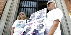 Los padres de Sandra Palo a las puertas del Ministerio de Justicia | EFE