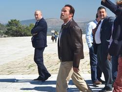 Schwarzenegger, ante el monumento | Asociación Para la Defensa del Valle de los Caídos