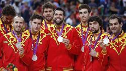 Varios jugadores de la selección española muestran la medalla de plata conseguida.   EFE