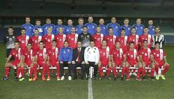 Foto de equipo de la selección de Gibraltar. El seleccionador Allen Bula, en el centro con sudadera blanca. | EFE