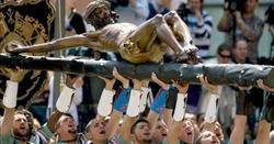 Legionarios portando al Cristo de la Buena Muerte