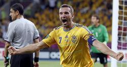 Andrei Shevchenko celebra uno de sus dos goles a Suecia. | EFE