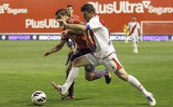 Piti (d) disputa un balón con el chileno Silva. | EFE