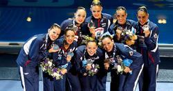 El equipo español de natación sincronizada posa con la medalla de plata. | Cordon Press