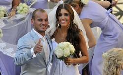 Sneijder, junto a su mujer Yolanthe Cabau durante su boda.