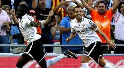 Soldado y Cisskho celebran el gol de la victoria.   EFE