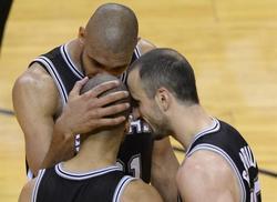 Duncan trata de encestar ante LeBron y Bosh. | EFE