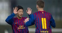 Seung Woo Lee celebra un tanto con el cadete del Barcelona. | EFE